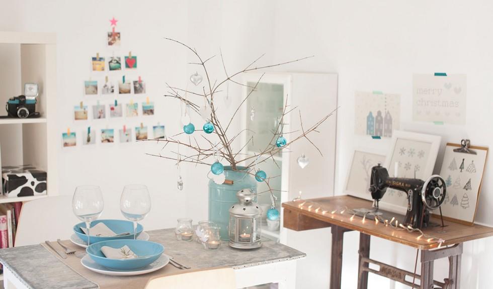 Una mesa de Navidad en blanco y azul